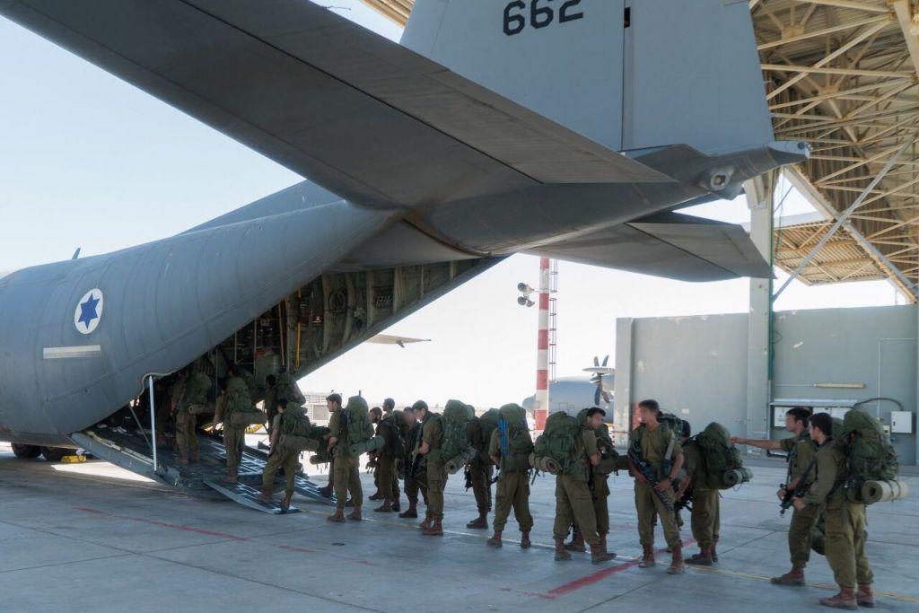 افراد وحدة 'ايغوز' يركبون على متن طائرة خلال تدريب عسكري في قبرص، يونيو 2017 (IDF Spokesperson's Unit)
