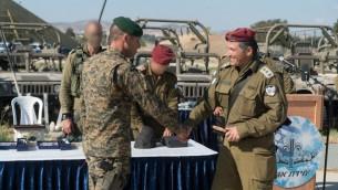 قائد وحدة الكوماندو في الجيش الإسرائيلي، دافيد زيني، يصافح ضابط في الجيش القبرصي، خلال تدريب عسكري في قبرص، يونيو 2017 (IDF Spokesperson's Unit)
