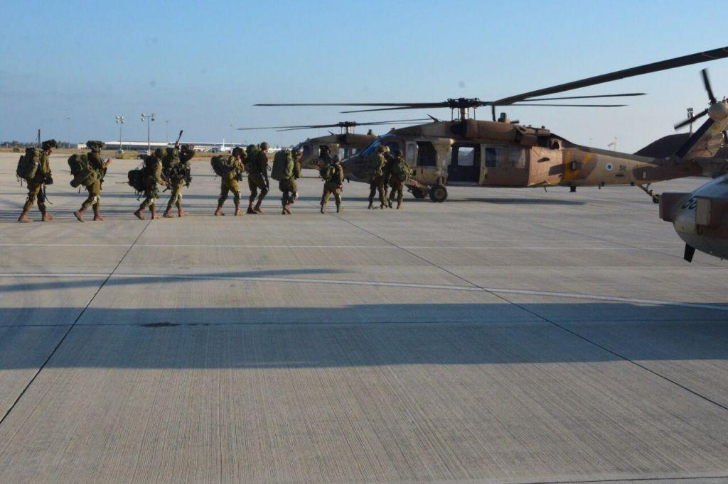 افراد وحدة 'ايغوز' يركبون على متن مروحية خلال تدريب عسكري في قبرص، يونيو 2017 (IDF Spokesperson's Unit)