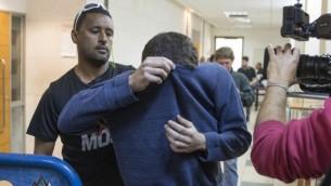 مراهق إسرائيلي أمريكي، متهم بتهديد القنابل في الولايات المتحدة وأماكن أخرى، في قاعة محكمة في ريشون لتسيون في 23 مارس 2017. (Flash90)
