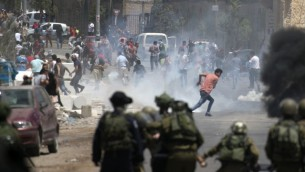 اشتباكات بين قوات الامن الإسرائيلية ومتظاهرين فلسطينيين خلال مظاهرة دعم للأسرى الفلسطينيين، بالقرب من نابلس، 26 مايو 2017 (Jaafar Ashtiyeh/AFP)