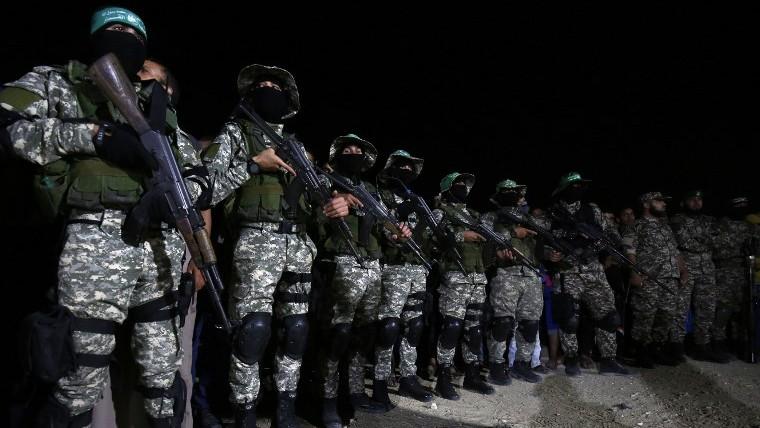 مقاتلين من كتائب عز الدين القسام، الجناح العسكري لحركة حماس، خلال مراسيم ذكرة لقائد قُتل على ما يبدو في انفجار وقع خطأ في جنوب قطاع غزة، 10 يونيو 2017 (AFP/SAID KHATIB)