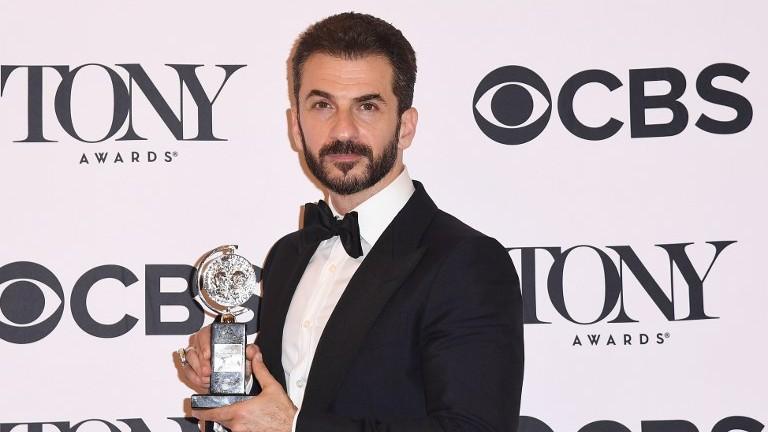 مايكل ارونوف، الفائز بجائزة أفضل ممثل في دور ثانوي في مسرحية 'اوسلو' خلال حفل جوائز التوني، 11 يونيو 2017 (ANGELA WEISS / AFP)