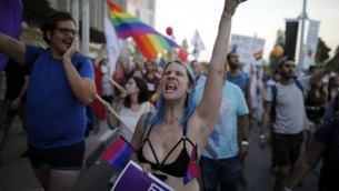 يشارك الإسرائيليون في موكب الفخر السنوي الأول في مدينة بئر السبع جنوب إسرائيل، في 22 يونيو / حزيران 2017. (AFP/Menahem Kahana)