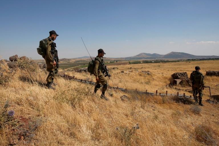 دورية جنود اسرائلييون بالقرب من الحدود الإسرائيلية بعد سقوط صواريخ من سوريا في الطرف الإسرائيلي من مرتفعات الجولان، 24 يونيو 2017 (AFP PHOTO / JALAA MAREY)