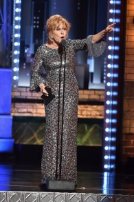 بيت ميدلر، خلال قبول جائزة افضل ممثلة بدور رئيسي لدورها في مسرحية 'Hello, Dolly'، خلال حفل جوائز التوني، 11 يونيو 2017 (Theo Wargo/Getty Images for Tony Awards Productions/AFP)