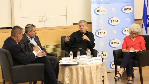 وزير البئة وشؤون القدس زئيف الكين (ثاني من اليسار)، الوزير السابق وناشط السلام المخضرم يوسي بيلين (مركز)، والبروفسور روت غافيسون، جبيرة قانون اسرائيلي (يمين) خلال مؤتمر في جامعة بار ايلان، 26 يونيو 2017 (Courtesy)