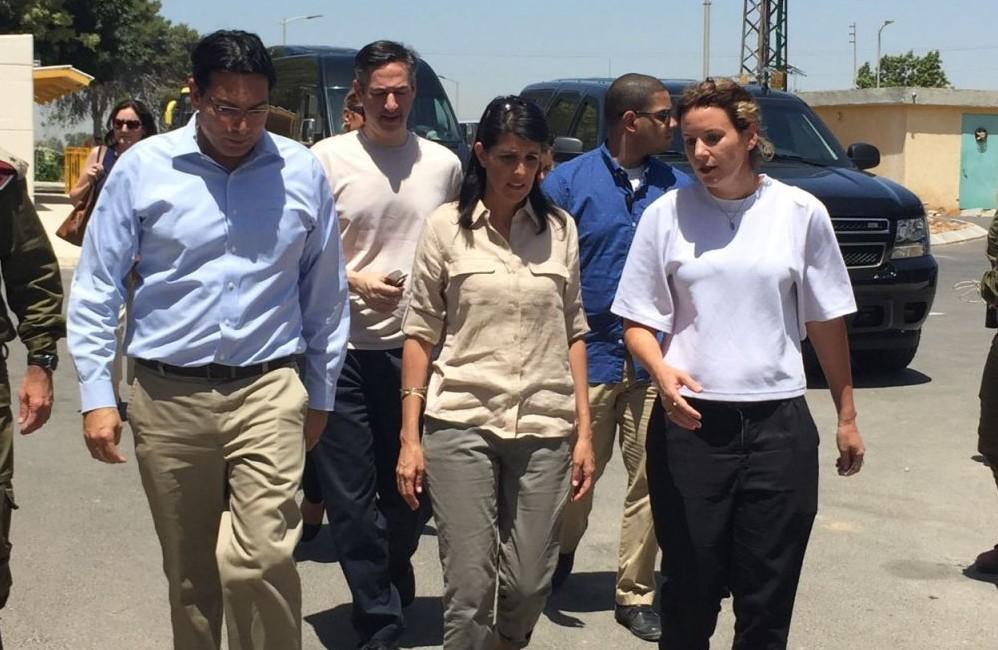السفيرة الامريكية الى الامم المتحدة نيكي هايلي مع السفير الاسرائيلي الى الامم المتحدة داني دانون خلال زيارة الى كيبوتس ناحال عوز، 8 يونيو 2017 (Courtesy)