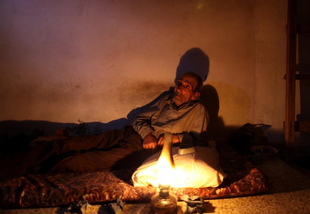 منزل في غزة خلال انقطاع الكهرباء (Wissam Nassar/Flash90)