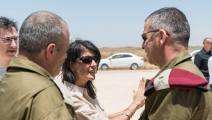 السفيرة الامريكية الى الامم المتحدة نيكي هايلي تتحدث مع نائب رئيس هيئة اركان الجيش الجنرال افيف كوخافي، بالقرب من نفق حفرته حركة حماس بجانب كيبوس عين هاشلوشا، 8 يونيو 2017 (IDF)