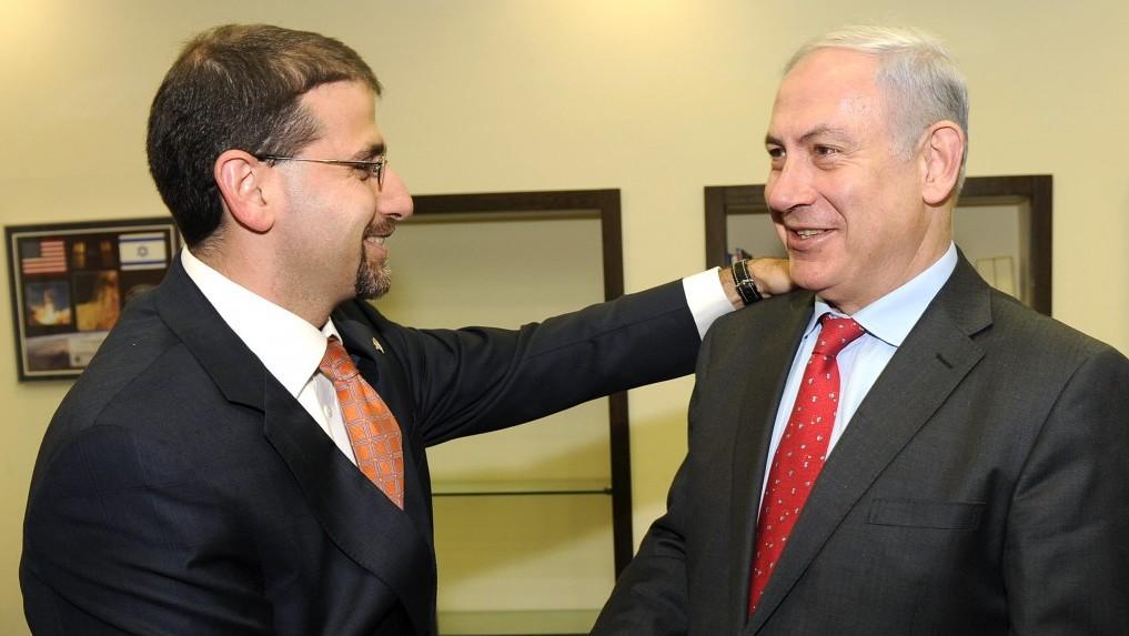 رئيس الوزراء بينيامين نتنياهو مع السفير الأمريكي دان شابيرو في تل ابيب، 2011 (Matty Stern/US Embassy/Flash90)