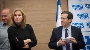 رئيس المعارضة يتسحاك هرتسوغ مع عضو الكنيست تسيبي ليفني خلال جلسة المعسكر الصهيوني في الكنيست، 22 فبراير 2016 (Miriam Alster/FLASH90)