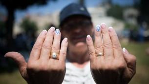 امرأة تظهر اظافرها مع علم اسرائيل عليها خلال يوم استقلال اسرائيل ال68، 12 مايو 2016 (Yonatan Sindel/Flash90)