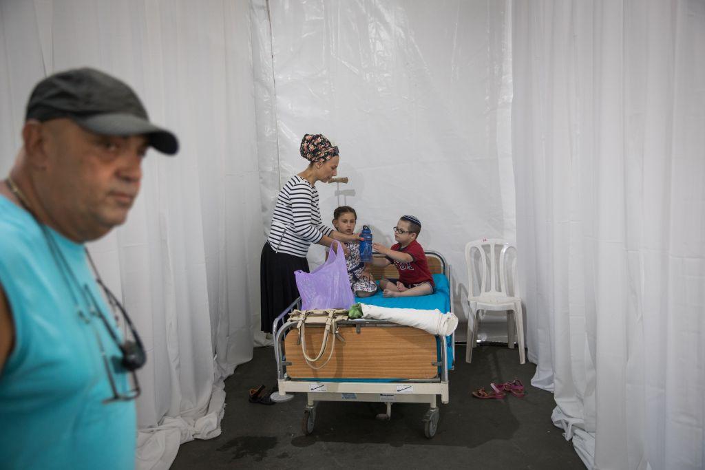 خيمة احتجاجية في حديقة ساكر في القدس، اقامها اهالي مرضى سرطان اطفال في قسم امراض الدم والسرطان للاطفال في مستشفى هداسا عين كارم، 4 يونيو 2017 (Yonatan Sindel/Flash90)