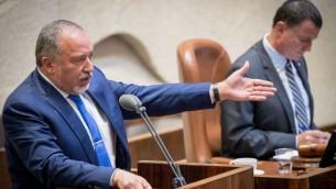 وزير الدفاع افيغادور ليبرمان في الكنيست، 5 يونيو 2017 (Yonatan Sindel/Flash90)
