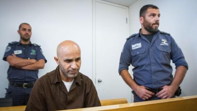 وسام زبيدات، المدان بالانضمام إلى الدولة الإسلامية مع زوجته، في محكمة حيفا المحلية في 13 يونيو 2017. (Flash90)