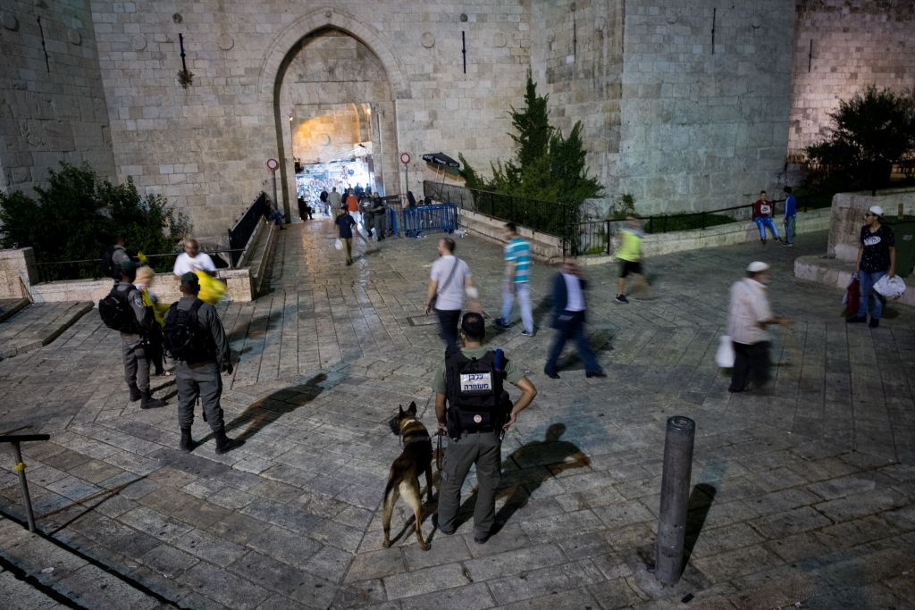 قوات الامن الإسرائيلية تحرس امام باب العامود، في القدس القديمة، 22 يونيو 2017 (Yonatan Sindel/Flash90)