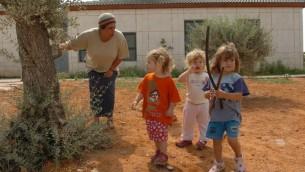 مفلمة حضانة تأخذ اطفال لجولة في مستوطنة حوميش، 22 يوليو 2005 (Nati Shohat/Flash90)