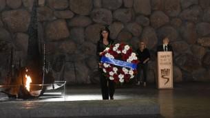 السفيرة الامريكية الى الامم المتحدة نيكي هايلي تضع اكليل زهور في ياد فاشيم في القدس، 9 يونيو 2017 (Jorge Novominsky/Yad Vashem)