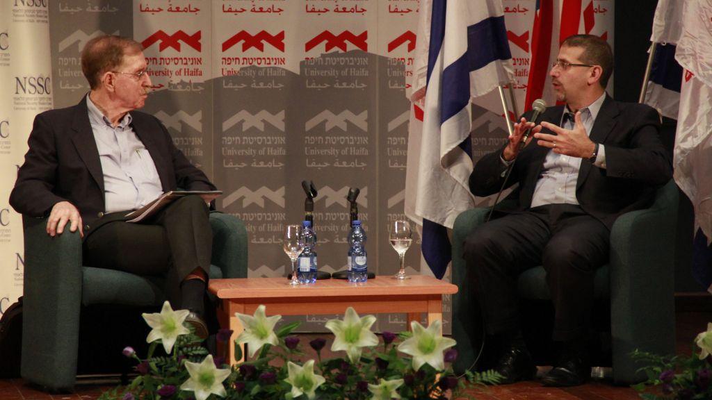 السفير الامريكي السابق الى اسرائيل دان شابيرو يتحدث مع مدير مركز دراسات الامن القومي في جامة حيفا، دان شوفتان، خلال مؤتمر في الجامعة، 5 يونيو 2017 (Judah Ari Gross/Times of Israel)