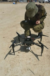 جندي اسرائيلي في جيش الاستخبارات العسكرية يفحص طائرة بدون طيار اشتراها الجيش لقادة الفرق (Screen capture: IDF Spokesperson's Unit)