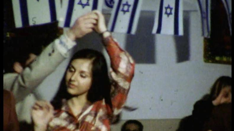 اسرائيليون يرقصون خلال حفلة بمناسبة البوريم في السفارة الإسرائيلية في طهران في سنوات السبعين (screenshot from 'Before the Revolution,' courtesy Journeyman Pictures)