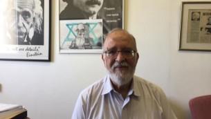 البروفيسور بتسحاق بن بسرائيل في مكتبه بجامعة تل أبيب، 19 يونيو 2017. (DH/Times of Israel)