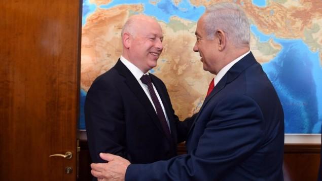 مبعوث الرئيس الأمريكي دونالد ترامب إلى الشرق الأوسط جيسون غرينبلات, ورئيس الوزراء بنيامين نتنياهو يتبادلان التحيه إلى مكتب رئيس الوزراء في القدس في 12 يوليو 2017. (Haim Tzach/GPO)