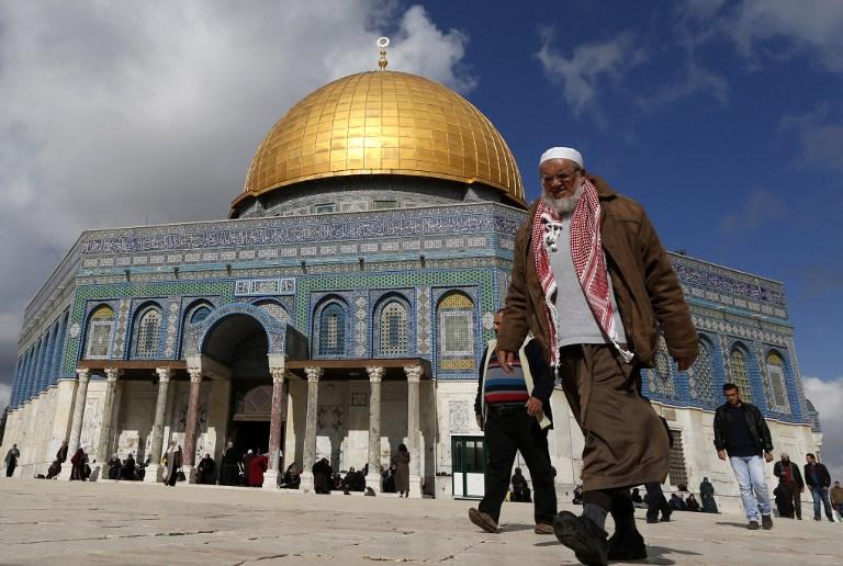 رجل فلسطيني امام قبة الصخرة في الحرم القدسي قبل صصلاة الجمعة، 13 يناير 2017 (AFP/Ahmad Gharabli)