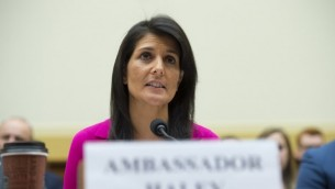 السفيرة الامريكية الى الامم المتحدة نيكي هايلي امام لجنة الشؤون الخارجية في الكونغرس الامريكي، في واشنطن، 28 يونيو 2017 (AFP/Saul Loeb)