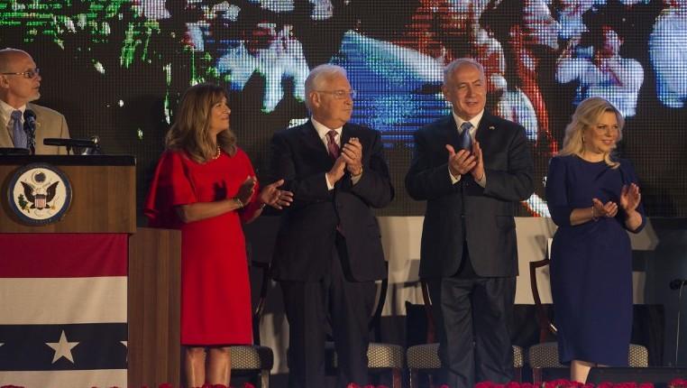 السفير الامريكي الى اسرائيل دافيد فريدمان، الثاني من اليسار، يقف الى جانب زوجته تامي، مع رئيس الوزراء بنيامين نتنياهو وزوجته سارة خلال احتفال بيوم الاستقلال الامريكي في منزل السفير في هرتسليا، 3 يوليو 2017 (AFP / Heidi Levine)