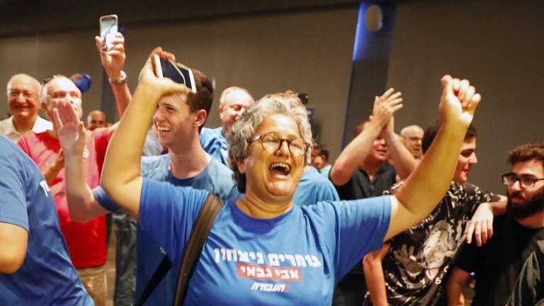 داعمو غاباي يتحفلون في تل ابيب بعد انتخابه رئيسا لحزب العمل، 10 يوليو 2017 (AFP Photo/Jack Guez)