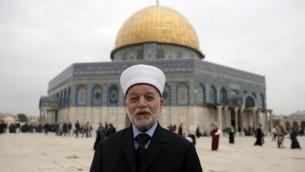 مفتي القدس محمد حسين أمام قبة الصخرة في الحرم القدسي في مدينة القدس القديمة. (Ahmad Gharabli/AFP)