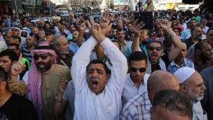 متظاهرون يهتفون شعارات في العاصمة الأردنية عمان في 15 يوليو، 2017، خلال مظاهرة احتجاجا على إغلاق الحرم القدسي، الذي أغلق في وقت سابق من اليوم، بعد أن قام مسلحون عرب بقتل شرطيين إسرائيليين في المدينة المقدسة. (AFP PHOTO / KHALIL MAZRAAWI)