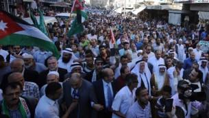 متظاهرون يهتفون شعارات في العاصمة الأردنية عمان في 15 يوليو / تموز 2017 خلال مظاهرة ضد إغلاق المسجد الأقصى في القدس، الذي أغلقته قوات الأمن الإسرائيلية بعد مقتل مسلحين عربيين اثنين من رجال الشرطة الإسرائيلية في المدينة المقدسة. (AFP PHOTO / KHALIL MAZRAAWI)