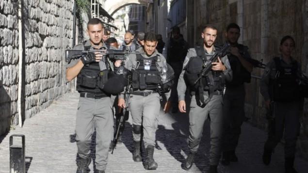 شرطيون من حرس الحدود يقومون بدورية في البلدة القديمة في القدس، 16 يوليو، 2017. (Menahem Kahana/AFP)