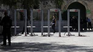 يقوم رجال شرطة الحدود الإسرائيليون بتركيب البوابات الالكترونية خارج بوابة الأسباط، المدخل الرئيسي للحرم القدسي، في البلدة القديمة في القدس، في 16 يوليو / تموز 2017، بعد أن أعادت قوات الأمن فتح الحرم شديد الحساسية، والذي أثار اغلاقه الغضب بعد هجوم مميت في وقت سابق من الأسبوع . (AFP/ AHMAD GHARABLI)