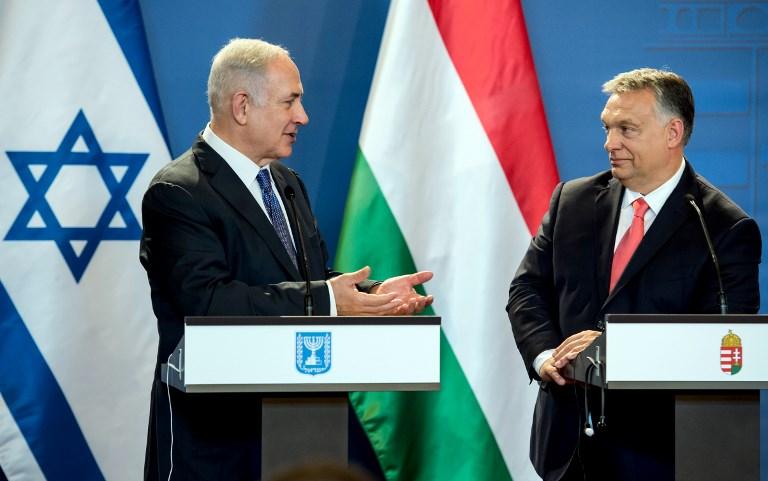 رئيس الوزراء الإسرائيلي بينامين نتنياهو (من اليسار) ونظيره المجري فيكتور أوربا يعقدان مؤتمرا صحافيا مشتركا في البرلمان في بوادبست، المجر، 18 يوليو، 2017. (AFP PHOTO / HUNGARIAN PRIME MINISTER'S OFFICE AND POOL / KAROLY ARVAI)