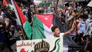 الأردنيون يهتفون شعارات خلال تظاهرة دعت إليها 'جبهة العمل الإسلامية'، في عمان، بعد صلاة الجمعة في 21 يوليو، 2017، احتجاجا على الإجراءات الأمنية الإسرائيلية الجديدة في الحرم القدسي. (AFP/ Khalil MAZRAAWI)