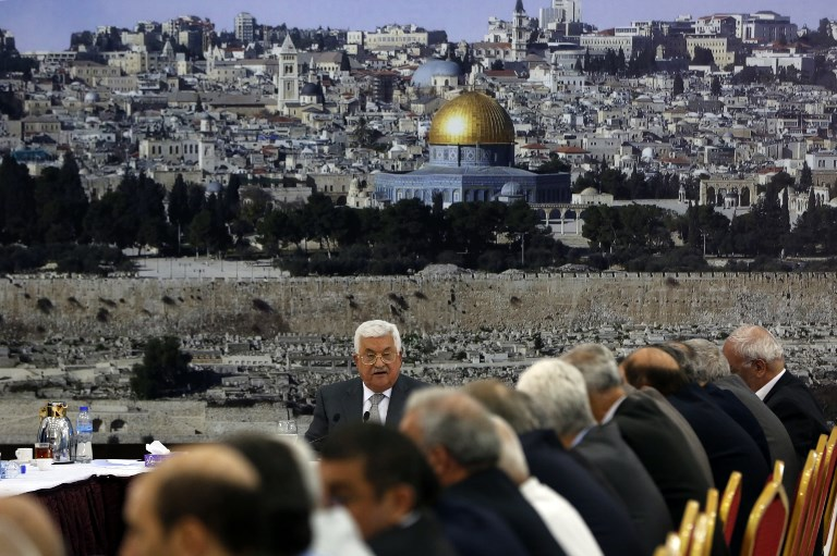 يلقي رئيس السلطة الفلسطينية محمود عباس كلمة خلال اجتماع القيادة الفلسطينية في مدينة رام الله بالضفة الغربية في 21 يوليو 2017 (AFP/Abbas Momani)