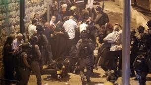 شرطة الحدود تحاول تفريق المتظاهرين خارج بوابة الأسباط، المدخل الرئيسي للبلدة القديمة في القدس، في 22 يوليو / تموز 2017. (AFP Photo/Ahmad Gharabli)