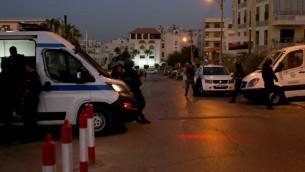 قوات الأمن الأردنية تقف خارج السفارة الإسرائيلية في حي الرابية السكني في العاصمة عمان في 23 يوليو / تموز 2017. (AFP/Khalil Mazraawi)
