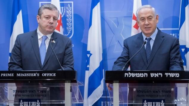 رئيس الوزراء بينيامين نتنياهو، من اليمين، ونظيره الجورجي غيورغي كفيريكاشفيلي، خلال مؤتمر صحفي مشترك في مكتب رئيس الوزراء في القدس، 24 يوليو، 2017. (AFP/POOL/JACK GUEZ)