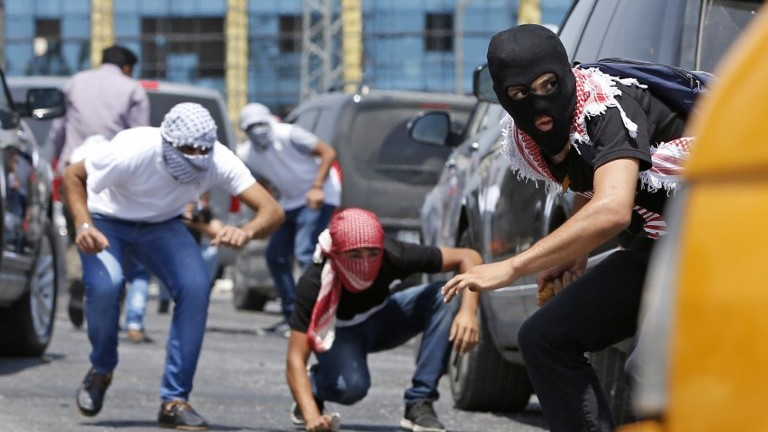 متظاهرين فلسطينيين خلال اشتباكات مع قوات امن اسرائيلية بالقرب من مستوطنة بيت ايل في الضفة الغربية، 24 يوليو 2017 (AFP/Abbas Momani)