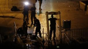 قوى الأمن الإسرائيلية تزيل البوابات الإلكترونية عند باب الأسباط، بالقرب من المدخل الرئيسي إلى الحرم القدسي، 24 يوليو، 2017. (AFP/ Ahmad Gharabli)