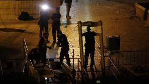 قوات الامن الإسرائيلية تفكك بوابات كشف المعادن في باب الاسباط، بالقرب من المدخل الرئيسي إلى المسجد الأقصى في الحرم القدسي في البلدة القديمة لمدينة القدس، 24 يوليو، 2017. (AFP PHOTO / AHMAD GHARABLI)