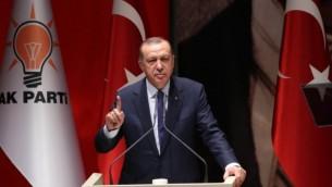 الرئيس التركي رجب طيب أردوغان يلقي خطابا في أنقرة، 1 يوليو / تموز 2017. (AFP/ADEM ALTAN)