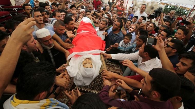 تشييع جثمان نحمد جواودة البالغ 19 عاما، الذي قُتل براص حارس امني اسرائيلي يعمل في السفارة الإسرائيلية في عمان، بعد مهاجمته، 25 يوليو 2017 (Khalil Mazraawi/AFP)