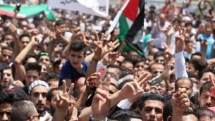 يحضر المشيعون جنازة محمد الجواودة البالغ من العمر 17 عاما، الذي قتل عندما هاجم أحد حراس الأمن في مجمع السفارة الإسرائيلية في العاصمة الأردنية بمفك براغي في 25 يوليو / تموز 2017 في عمان. (Khalil Mazraawi/AFP)