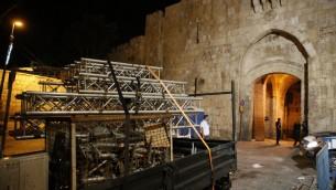 شاحنة تنقل ما تبقى من الحواحز من خارح الحرم القدسي في القدس، 27 يوليو، 2017. (AFP PHOTO / AHMAD GHARABLI)